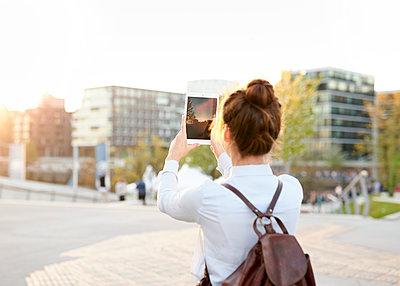 Frau fotografiert mit Tablet - p1124m1134733 von Willing-Holtz