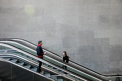 Mann und Frau auf der Rolltreppe im Bahnhof PP VI - p1212m1137082 von harry + lidy