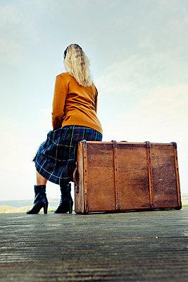 Frau am Steg mit Koffer - p248m763386 von BY