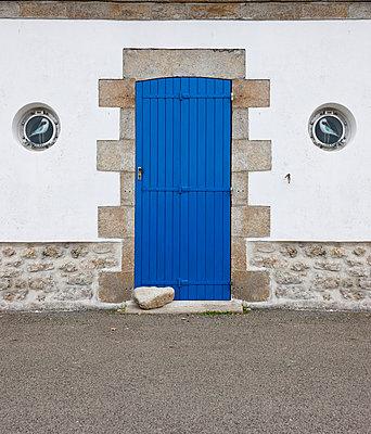 Blaue Eingangstür - p248m859373 von BY