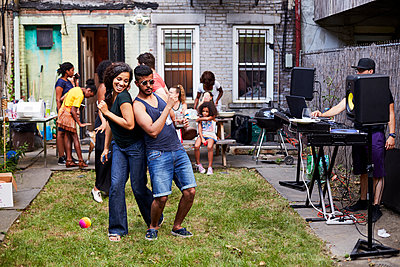 Couple dancing at backyard party - p555m1303250 by Granger Wootz