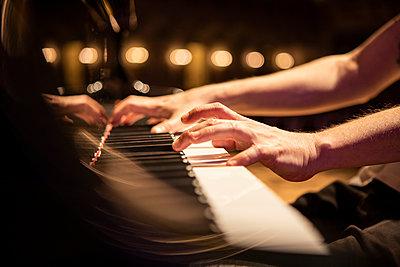 Hände beim Klavierspiel, Nahaufnahme - p713m2284022 von Florian Kresse