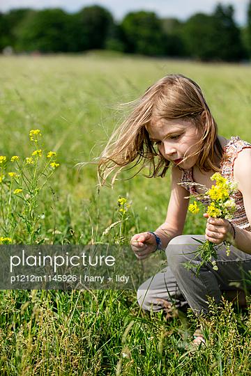 Mädchen mit Blumenstrauß in der Wiese - p1212m1145926 von harry + lidy