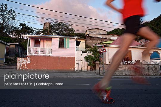 Junger Mann joggt Straße entlang, Dominica, Kleine Antillen, Karibik - p1316m1161191 von Christoph Jorda