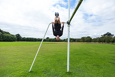 Athlete exercising on goal on sports field - p300m1191667 by Boy photography