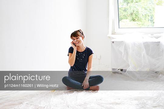 Frau telefoniert beim Renovieren - p1124m1160261 von Willing-Holtz