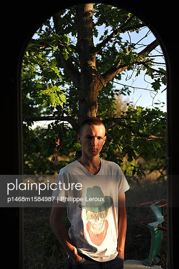 Jugendlicher mit Händen in den Taschen - p1468m1584987 von Philippe Leroux