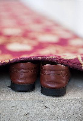 Schuhe unterm Teppich - p045m1492344 von Jasmin Sander