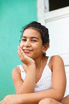 cuban girl in the doorway, trinidad - p1166m2193749 by Cavan Images