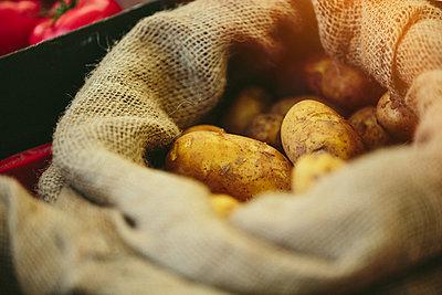 Fresh potatoes at Farmers' market - p1166m2194028 by Cavan Images