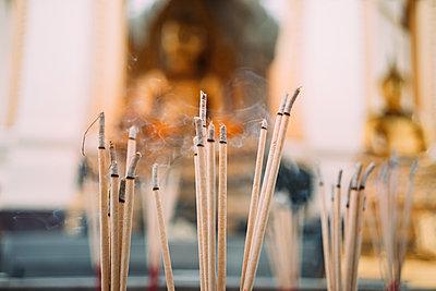 Thailand, Bangkok, incense burning in front of Buddha statues in a Buddhist temple - p300m2029106 von Gemma Ferrando