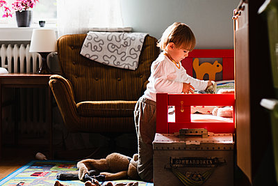 Toddler playing at home - p312m2091976 by Anna Johnsson