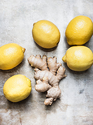 Studio shot, overhead view of root ginger and lemons - p429m1227164 by Magdalena Niemczyk - ElanArt