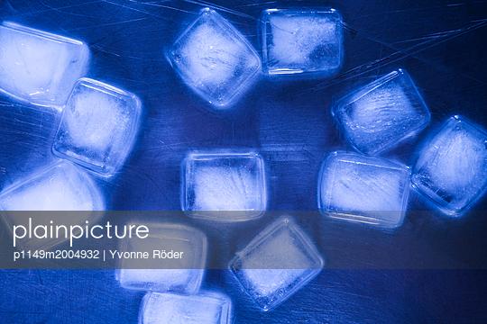 Ice cubes - p1149m2004932 by Yvonne Röder