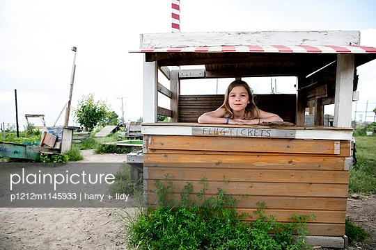 Mädchen in einer Bude spielt Ticketverkauf - p1212m1145933 von harry + lidy