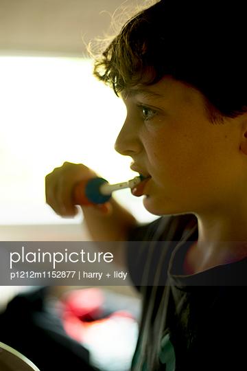 Junge bei der Zahnpflege - p1212m1152877 von harry + lidy