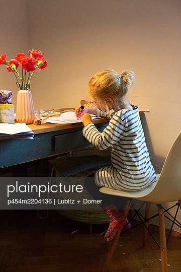 Doing handicrafts at home - p454m2204136 by Lubitz + Dorner