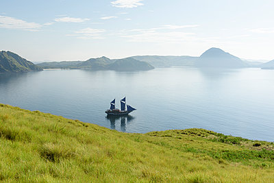Segelboot in einsamer Bucht - p1273m1556531 von melanka