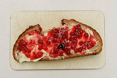 Gestrichenes Brot - p1650628 von Andrea Schoenrock