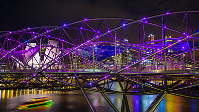 Cityscape with purple helix bridge over Marina Bay at night, Singapore, South East Asia - p429m1494156 by Henglein and Steets