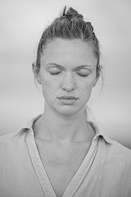 Young woman with closed eyes, portrait - p552m2278520 by Leander Hopf