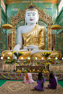 Seated Buddha statue, Soon U Ponya Shin Paya, Sagaing Hill, Sagaing, near Mandalay, Myanmar (Burma), Asia - p871m837951 by Stuart Black