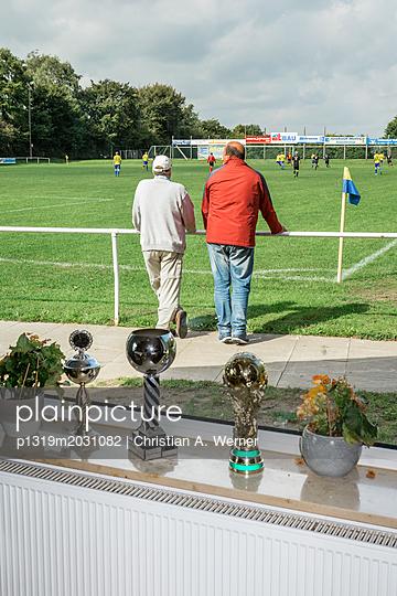 Zuschauer bei Fußballspiel - p1319m2031082 von Christian A. Werner