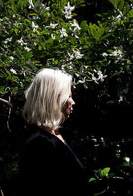 Frau im Garten - p1514m2055659 von geraldinehaas