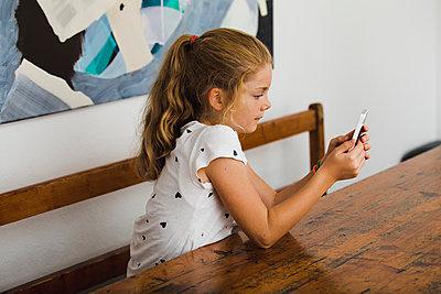 Kleines Mädchen mit Handy - p904m1481082 von Stefanie Päffgen