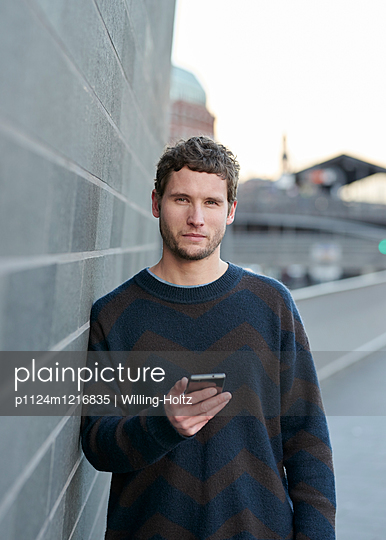 Mann mit Smartphone - p1124m1216835 von Willing-Holtz