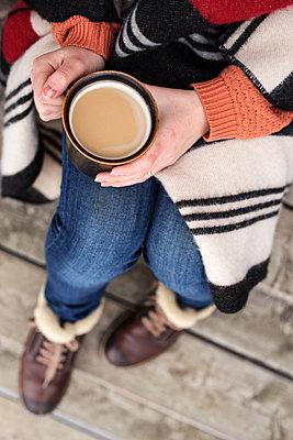 Frau trinkt Kaffee im Winter - p1396m1461197 von Hartmann + Beese