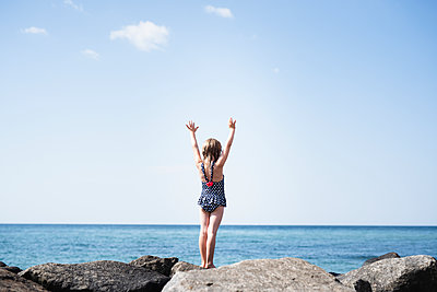 Girl at sea - p312m2139648 by Anna Johnsson