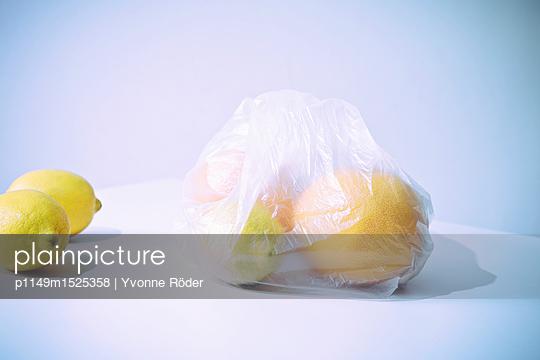 Einkaufstüte mit Obst - p1149m1525358 von Yvonne Röder