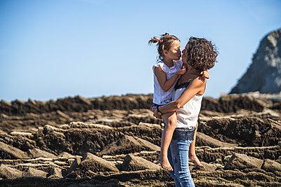 family with 2 children enjoying the beach and cliffs of the Basque country - p300m2257264 von SERGIO NIEVAS