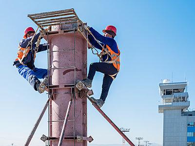 Rohbauarbeiten auf einer Baustelle mit Bauarbeitern am Flughafen - p390m2076228 von Frank Herfort