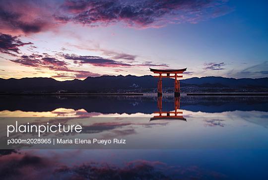 Japan, Hiroshima, Miyajima, Itsukushima Shrine at Seto Inland Sea at sunset - p300m2028965 by Maria Elena Pueyo Ruiz