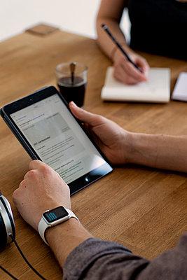 Besprechung im Büro, mit Tablet, Ipad und Notizblock - p1212m1083514 von harry + lidy