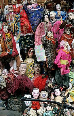 Marionetten  am Flohmarktstand - p2370442 von Thordis Rüggeberg