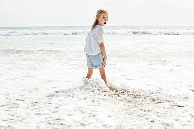 Little girl walking on the beach - p300m1449420 by Martina Ferrari