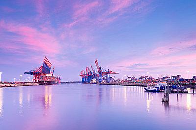 Gemany, Hamburg, Container harbour Waltershof - p300m878911 by Mel Stuart
