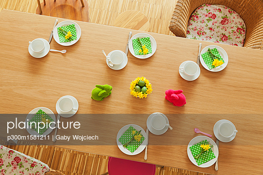 plainpicture - plainpicture p300m1581211 - Laid Easter table - plainpicture/Westend61/Gaby Wojciech