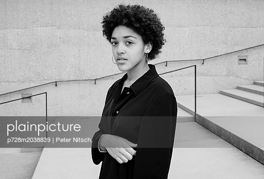 Weiblicher Teenager Porträt - p728m2038839 von Peter Nitsch
