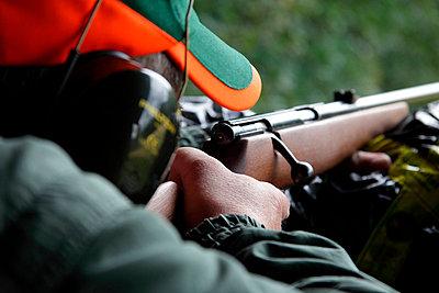 Mann auf Jagdschießstand in Schweden - p2351415 von KuS