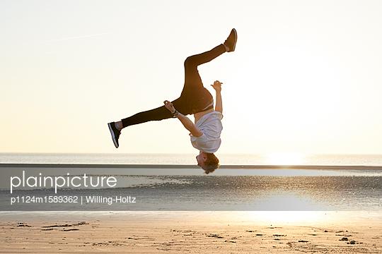 Akrobat am Strand - p1124m1589362 von Willing-Holtz