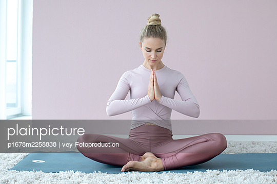 Woman practising yoga - p1678m2258838 by vey Fotoproduction