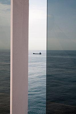 Frachtschiff vom Deck eines Passagierschiffs gesehen - p171m1198676 von Rolau