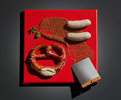 Directly above shot of meal served on red canvas over black background - p300m2143949 by Kai Schwabe