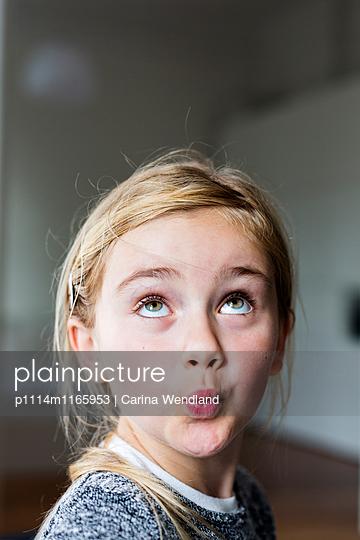 Mädchen pfeift - p1114m1165953 von Carina Wendland