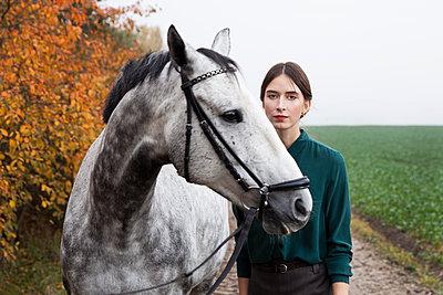 Frau mit Pferd - p1338m1194572 von Birgit Kaulfuss