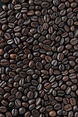 Kaffeebohnen Hintergrund - p345m1200424 von Rainer Gollmer